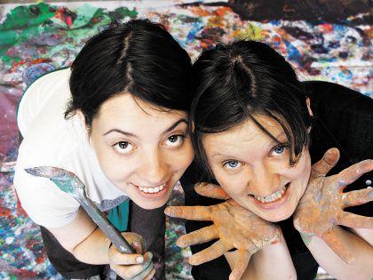 Оля (справа) придумала, как помочь своей маме и другим женщинам на пенсии. Лина (слева) ее поддержала