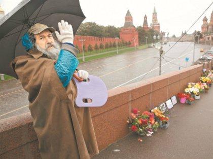 Григорий дежурит на мосту уже 1,5 года и все надеется быть услышанным