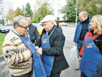 Юбиляр лично надел на Хазанова рабочую одежду