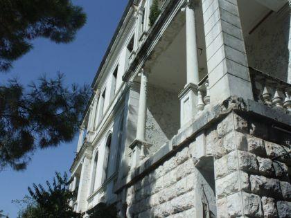 Еще один заброшенный дом некогда был усадьбой, стоит прямо на пригорке у дороги между Цандрипшем и Гагрой