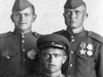 Анатолий Иванович Журлупов (справа) с бойцами ВОВ
