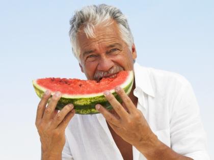 Мужчина ест арбуз