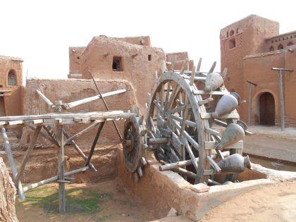 Чигирь (колесо для подъема воды) у арыка