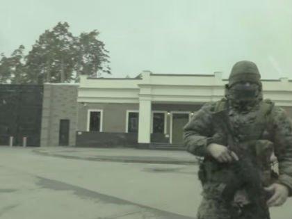 Особняки чиновников в Барвихе надежно спрятаны за внушительными заборами и вооруженной до зубов охраной