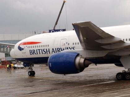 Безбилетник, летевший в отсеке шасси самолета, упал на крышу магазина в Лондоне