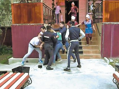 Сотрудники кафе «Виктория» обвинили телевизионщиков в побоях