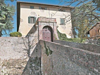 Это не «домик», а замок эпохи Возрождения