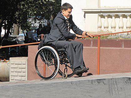 Чтобы свободно ездить на коляске, Павлу понадобилось время на тренировку