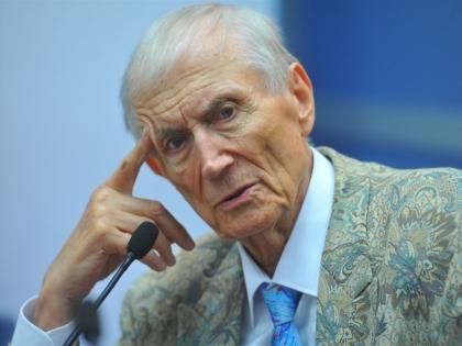 Евгений Евтушенко одно время побыл депутатом парламента от Харькова