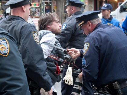 Полицейские и демонстранты