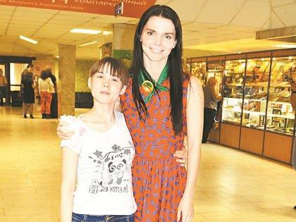 Елизавета Боярская с воспитанницей детского дома Любовью Кореневой