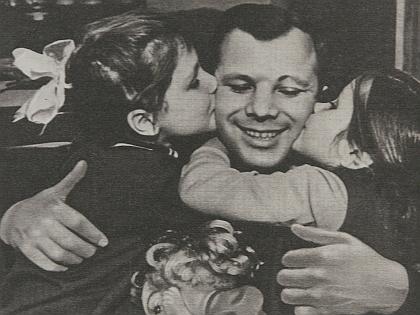 Юрий Гагарин с детьми