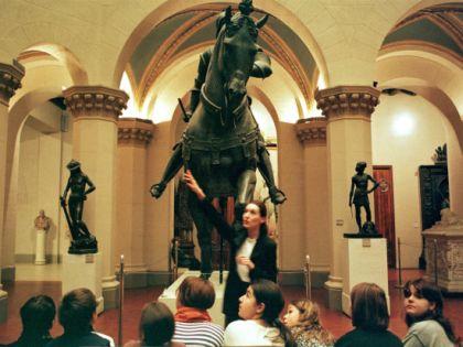 Гид и группа туристов в музее
