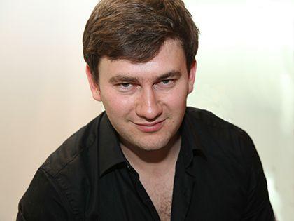 Дмитрий Глуховский считает символом эпохи того, кто сидит за рулем бульдозера