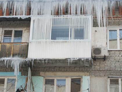В результате падения ледяной глыбы на востоке столицы пострадали двухлетняя девочка и 26-летняя женщина