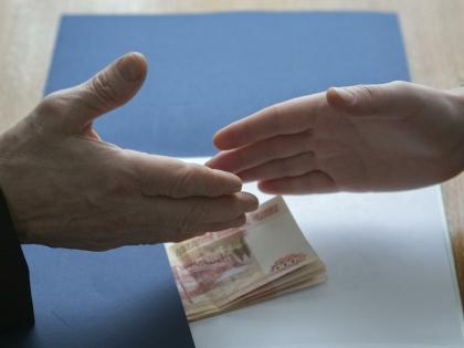 Взяточников в России правой рукой бьют, а левой гладят?