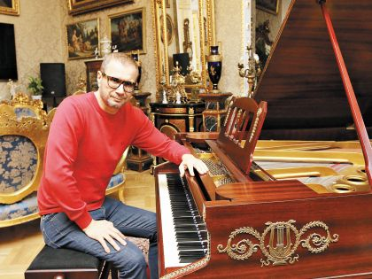 Трудно поверить, что квартира 58-летнего певца – не музей...
