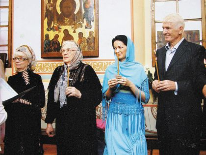 Александр Абдуловсо своей мамой и женой Юлией