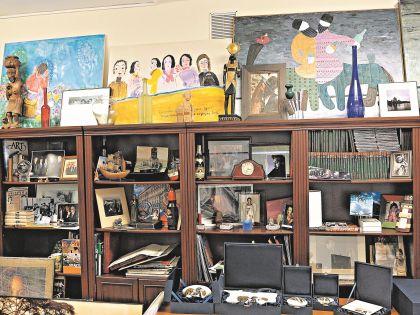В кабинете у Намина настоящий музей жизни