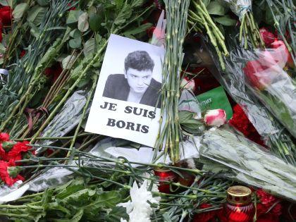 Люди приходят почтить память Бориса Немцова