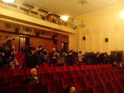 Журналисты расположились в зале, посетители прощания начинают прибывать