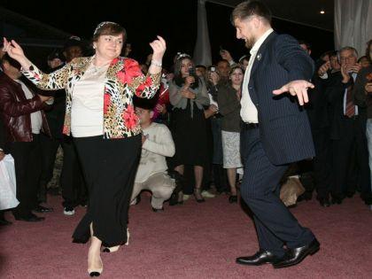 Рамзан Кадыров нередко танцует на публичных торжествах. Съемка 2006 года