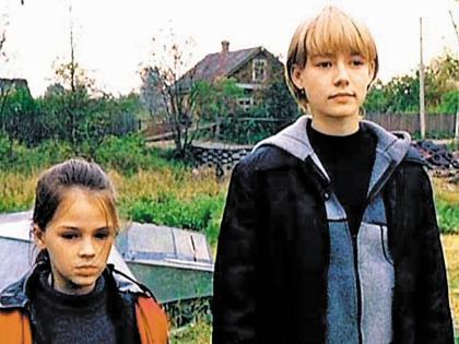 Оксана Акиньшина (справа) выросла и превратилась в настоящую красавицу