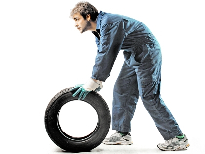 Рабочий с шиной