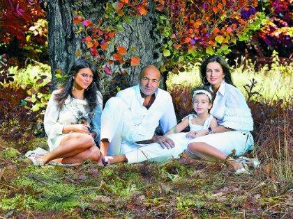 Народный артист с женой (справа), дочками Викой и Сашей