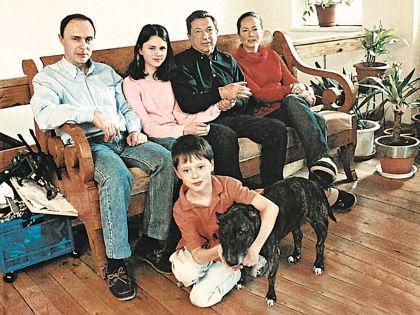 Народный артист с сыном, невесткой и внуками Настей и Мишей