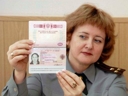 Россияне стали реже обращаться за заграничными паспортами