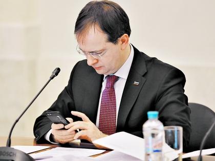На мобильнике Мединского красуется маленький ВВП