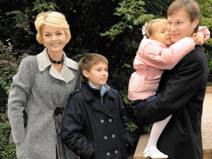 Юлия Меньшова с мужем и детьми