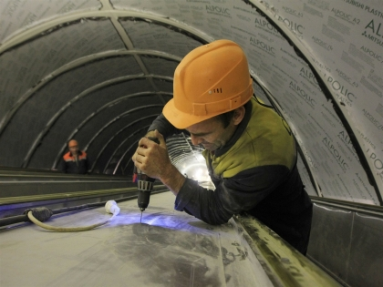 При падении в строящуюся шахту метрополитена мужчина повредил позвоночник