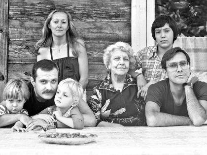 Слева направо: Аня, Никита, Татьяна, Артем Михалковы, Наталья Петровна, Егор, Андрей Кончаловские
