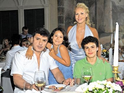 Немцов с любимой женщиной Екатериной Одинцовой и детьми Диной и Антоном