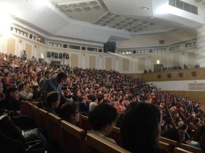 Фундаментальную библиотеку МГУ набился полный зал людей