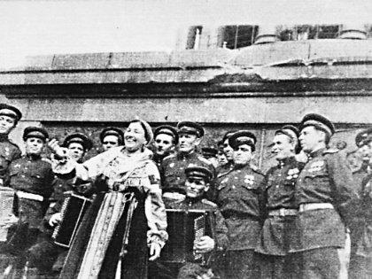 Лидия Андреевна стала главной певицей воюющей страны, она пела в госпиталях, в окопах и у стен поверженного Рейхстага