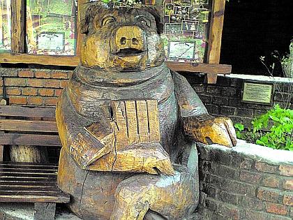 Памятник салу и свинье