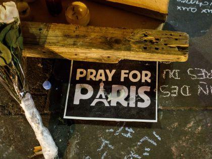 В результате атак погибли по меньше мере 140 человек