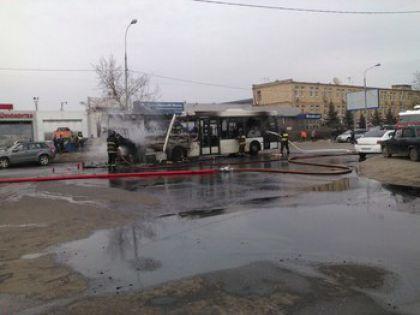 Автобус сгорел на Молодогвардейской улице