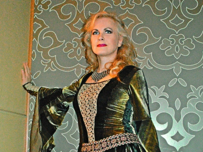 Виновница торжества с царственной осанкой, высокой прической и в роскошном бархатном туалете выглядела королевой бала