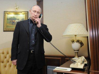 Путин, кстати, заявляет, что мобильным телефоном не пользуется