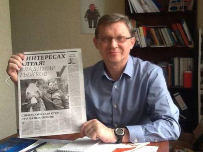 Владимир Рыжков со своим оригинальным фото в газете