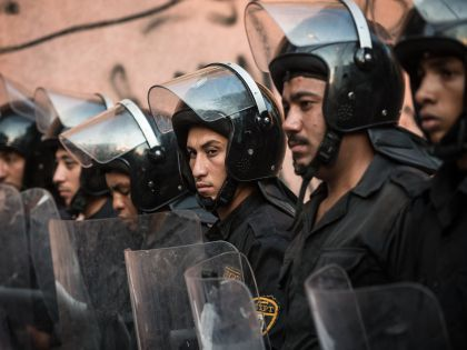 Полиция возле каирского морга, куда доставят тела погибших в ЧП