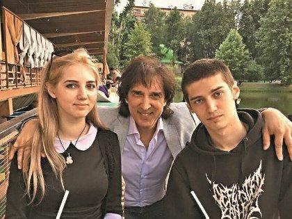 Кай с дочерью Настей и сыном Риком