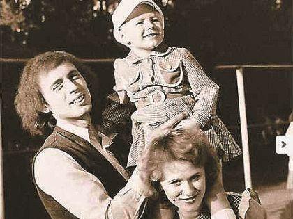 Маленькая Юля с мамой и папой