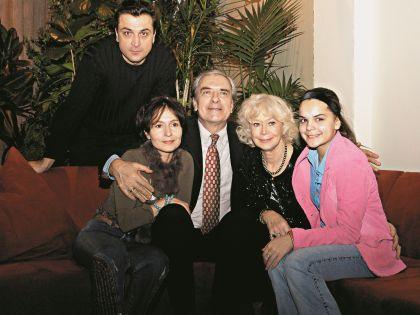 Светлана Владимировна с мужем, их сын Александр с женой Алиной и дочерью Полиной