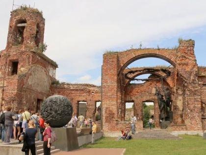 Руины разрушенной в годы ВОВ церкви и мемориал защитникам крепости