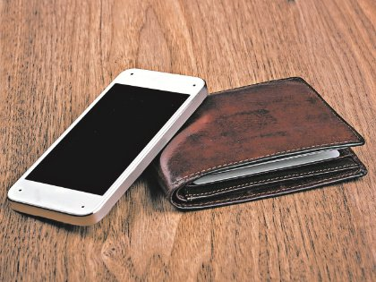 Бумажник оборудован кнопкой, при нажатии на которую раздается телефонный звонок